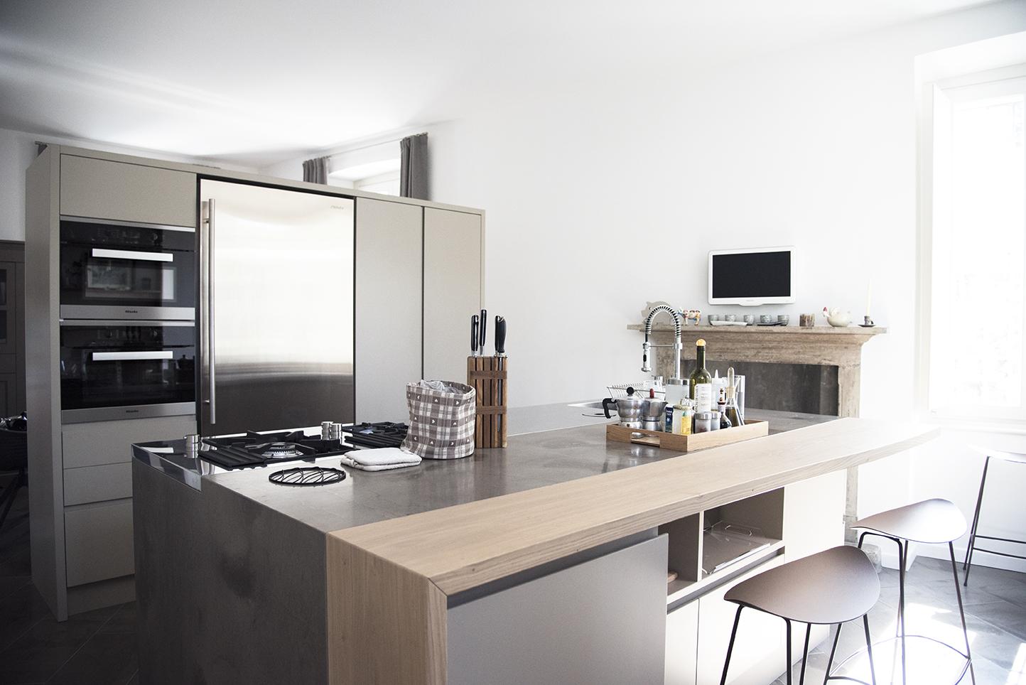 Cucina su misura con isola artigiana legno